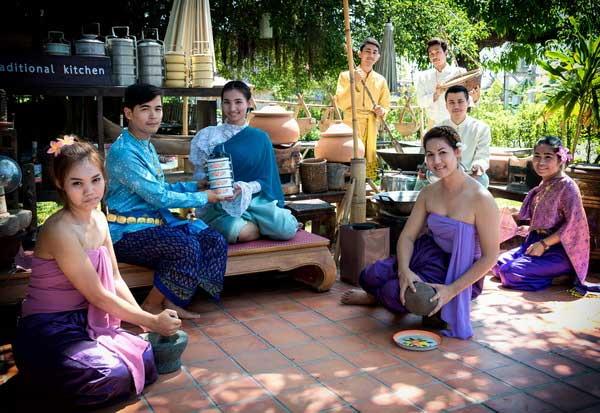 บริการเช่าชุดไทย เก๋ๆ ย้อนยุคสู่สุโขทัย